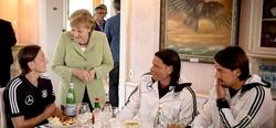 La canciller Angela Merkel saluda a Mesut Özil (i), Tim Wiese (3i) y Sami Khedira en la pasada Eurocopa. | Archivo