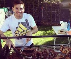 Leo Messi prepara un asado. | Instagram