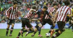 Leo Messi, perseguido por varios jugadores del Athletic. | EFE