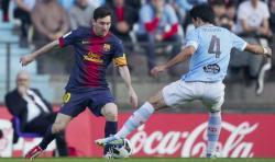 Messi trata de regatear a Oubiña. | Cordon Press