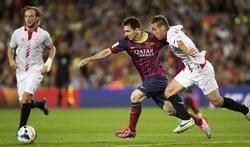 Messi trata de llegar a un balón. | EFE