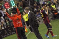 Messi se marchó lesionado ante el Betis.   EFE
