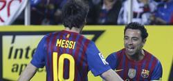 Xavi celebra su gol con Messi. | EFE