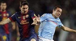 Iago Aspas, posiblemente el mejor futbolista gallego del momento, disputa un balón con Messi.   EFE