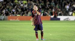 Leo Messi se lesiona durante el partido ante el Betis.   EFE