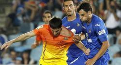 Messi es agarrado en Getafe. | EFE