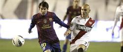 Leo Messi (i) controla un balón ante Movilla. | EFE