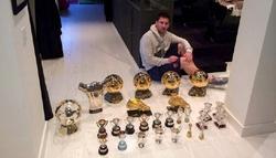 Messi posa con sus trofeos individuales. | @_MatiasMessi