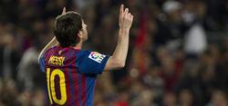 Leo Messi (i) celebra uno de sus tres goles al Málaga. | EFE