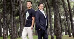 Mesut Özil y su padre y agente, Mustafa.   Foto: devrimderki.blogspot.com