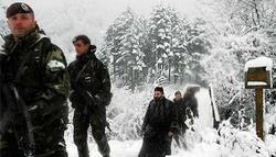 Soldados italianos escoltan a monjes en Decani