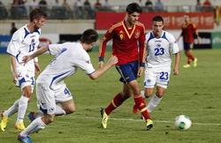 Álvaro Morata controla el balón ante tres jugadores bosnios. | EFE