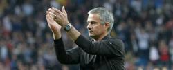 Mourinho aplaude a los Ultras Sur tras el partido ante el CSKA. | EFE
