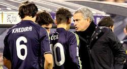 José Mourinho da instrucciones a Özil y Khedira en La Romareda.   EFE