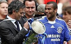 Ashley Cole y Jose Mourinho, durante su época juntos en el Chelsea.   EFE