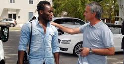 Mourinho saluda a Essien. | Realmadrid.com