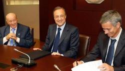 Mourinho, firmando su contrato con Florentino. | Archivo