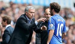 Mourinho da instrucciones a Mata durante el partido de la Premier League ante el Tottenham. | Cordon Press