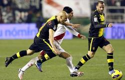 Chori Domínguez (c) se lleva el balón ante Movilla (i) y Apoño. | EFE