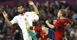 Iker Muniain pugna por un balón. | EFE