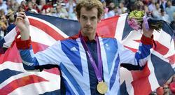 Andy Murray posa con la medalla de oro. | EFE