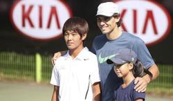 Rafa Nadal posa en Seúl con dos jóvenes tenistas con discapacidad. | EFE