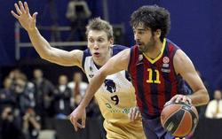 Navarro controla el balón ante Dainius Salenga. | EFE