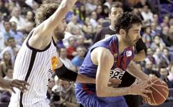 Juan Carlos Navarro protege la pelota ante Roger Grimau. | EFE