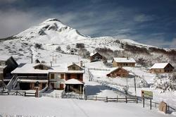 Casas nevadas en el puerto de San Tarna | Efe
