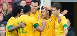 Neymar es felicitado por sus compañeros. | EFE