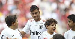 Neymar, visiblemente emocionado en su despedida del Santos. | Cordon Press