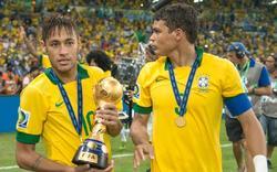Neymar y Thiago Silva, tras la victoria de Brasil sobre España en la Copa Confederaciones. | Archivo