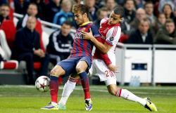 Neymar protege la pelota ante Van Rhijn. | EFE