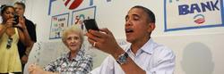 Obama intentando llamar con el iPhone. | Cordon Press/Reuters