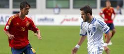 Oliver presiona a un jugador griego. | EFE