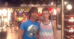 Óliver Torres (i), con un amigo en la tienda oficial del Real Madrid. | Foto: Twitter