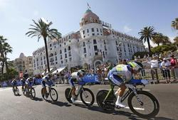 Los ciclistas del Orica disputan la cuarta etapa del Tour. | EFE