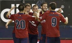 Oriol Riera (2i) es felicitado por su gol al Elche, que suponía el 2-0 provisional. | EFE