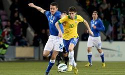 Oscar conduce la pelota ante Bonucci. | Cordon Press