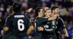 Özil es felicitado por su primer gol al Valladolid. | Cordon Press