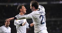 Higuaín (d) celebra con Özil un gol al Mallorca la pasada temporada. | Archivo