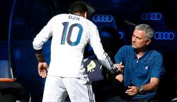 Mesut Özil saluda a José Mourinho tras ser sustituido en un partido de la pasada temporada. | Cordon Press