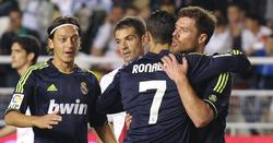 Özil y Xabi Alonso felicitan a Cristiano por su gol en Vallecas. | Cordon Press