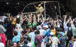 El Papa saluda a la multitud en Río | EFE