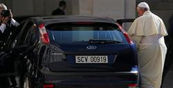 El Papa, montándose en un coche utilitario para visitar al presidente de Italia | EFE