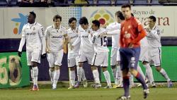 Parejo es felicitado por su gol a Osasuna.   EFE