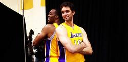Pau Gasol posa con Dwight Howard en el Media Day. | Foto: lakers.com
