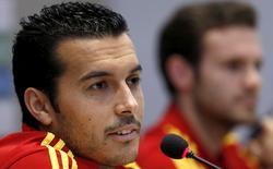 Pedro, en rueda de prensa junto a Juan Mata. | EFE