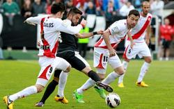 Pedro Morales conduce la pelota ante José Carlos y Javi Fuego. | EFE