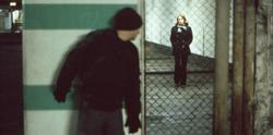 Un delincuente acecha a una chica en un garaje | Recreación/Corbis